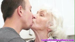 Бабка сосёт фаллос и пердолится во пилотку